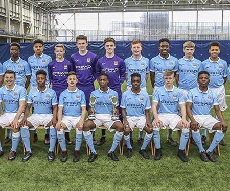 Chuteira preta vira obrigatoriedade na base do Manchester City