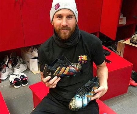 Lili Cantero personaliza chuteira para Leo Messi