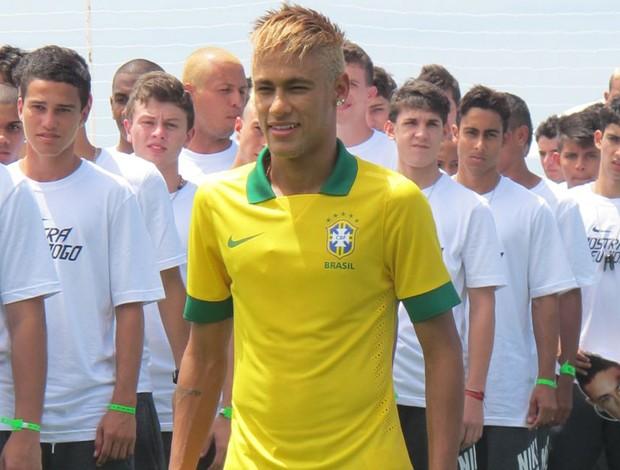 Neymar apresenta nova camisa amarela do Brasil