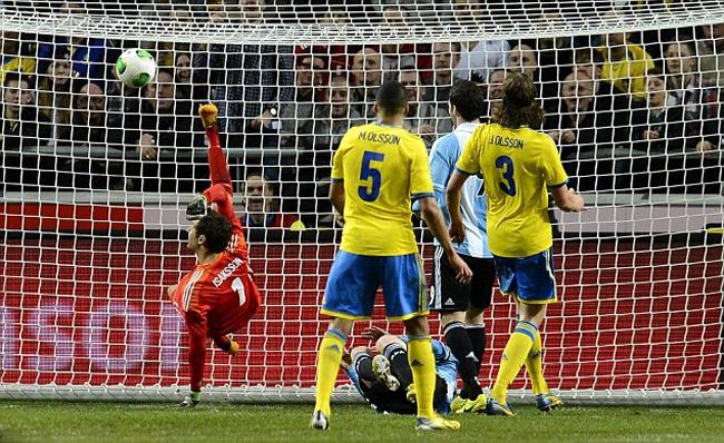 Goleiro Sueco defende de bicicleta gol de Messi