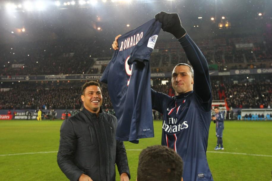 O sonho de Ibrahimovic realizado, PSG homenageia Ronaldo Fenômeno