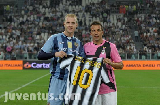 Del Piero oferece sua camisa listrada ao jogador do Notts County