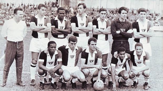 1966 - São Paulo usa camisa tricolor criação de Paulo Planet Buarque