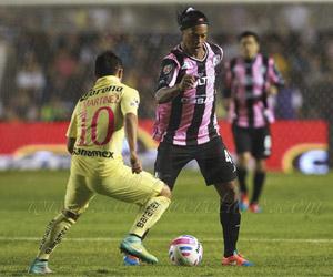 Queretaro FC, time de Ronaldinho lança camisa rosa capa