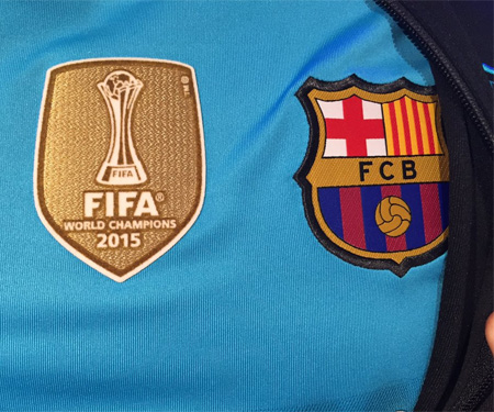 Camisas do Barcelona com badge de Campeão Mundial 2015 capa