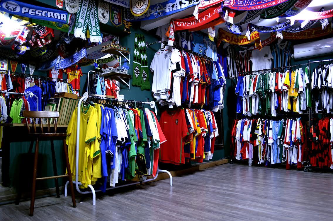 Por que as camisas de futebol são tão caras no Brasil?