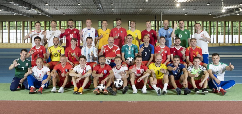 Jogadores da Rússia vestem camisas das 32 seleções da Copa 2018