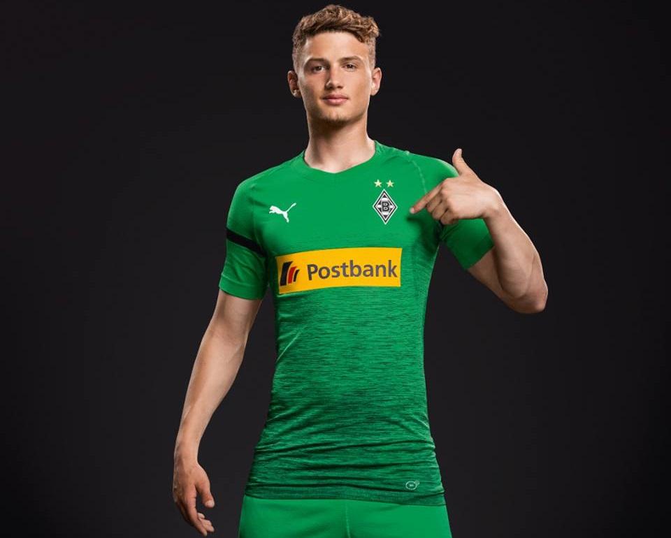 A PUMA estampa versões brancas de sua logomarca nas mangas e no lado direito do peito, enquanto o escudo do Borussia Mönchengladbach é colocado no lado esquerdo, em sua versão atual padrão. Completam o uniforme, calção e meiões pretos.