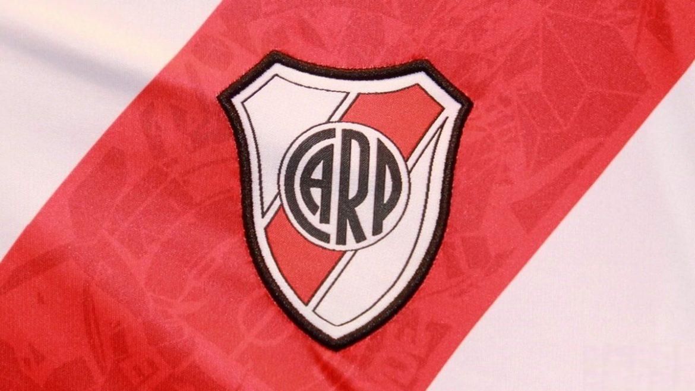 Faixa diagonal vermelha do River Plate abre