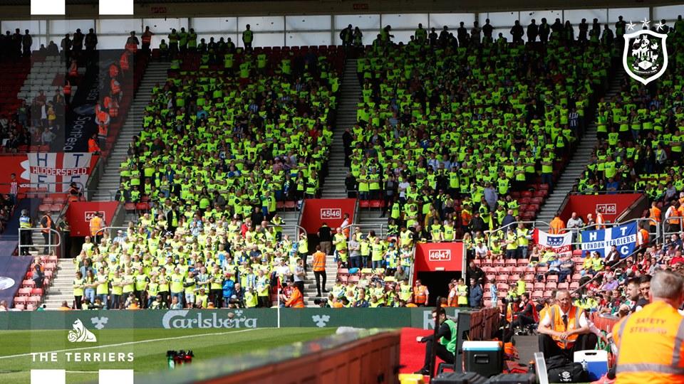 Huddersfield Town presenteia torcedores com camisas oficiais