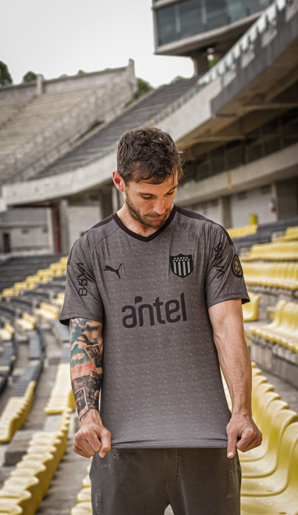 https://assets-mantosdofutebol.sfo2.digitaloceanspaces.com/wp-content/uploads/2020/01/Terceira-camisa-do-Pe%C3%B1arol-2020-PUMA-3.jpg