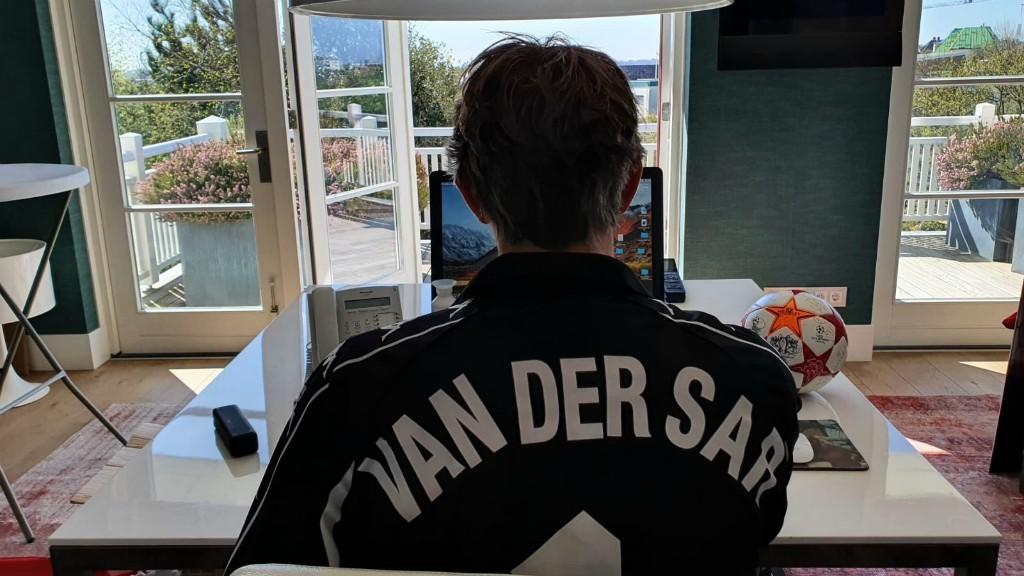 Edwin van der Sar mostra coleção de camisas vestidas na carreira