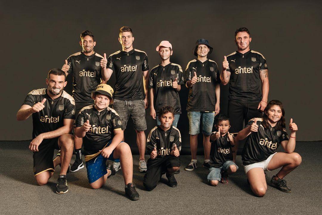 Peñarol lança camisa em combate ao câncer infantil