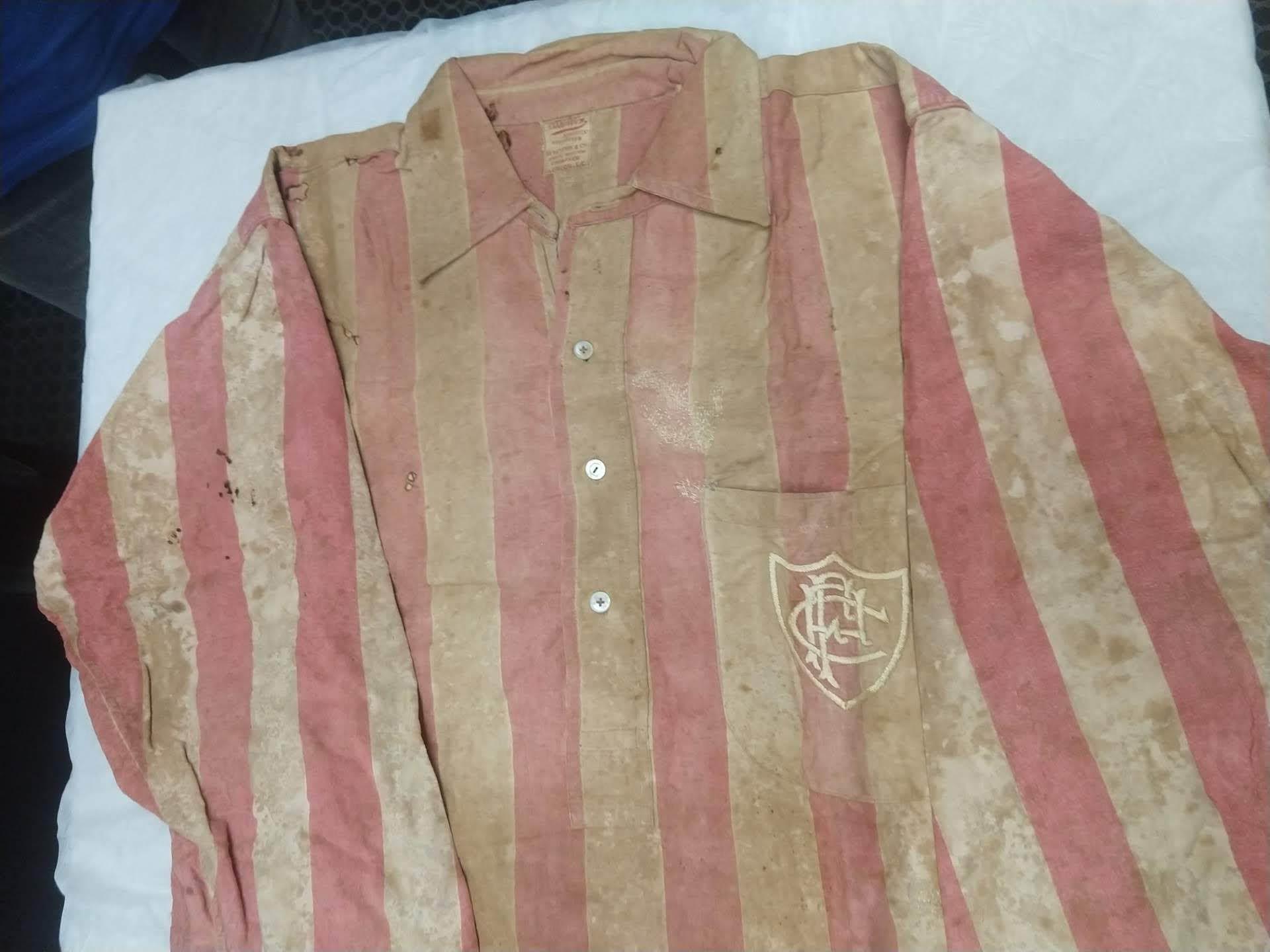 Camisa desbotada do Fluminense usada em 1906