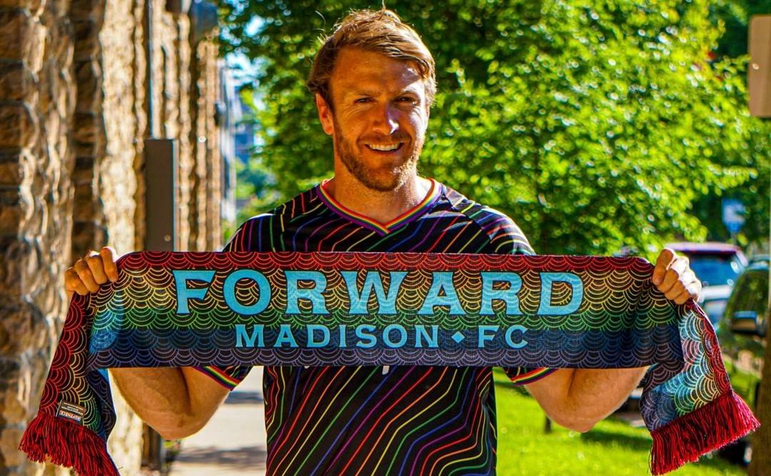 Camisa arco-íris do Forward Madison 2021 Hummel