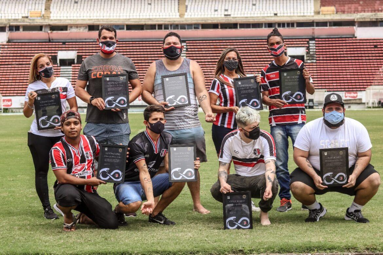 Cobra Coral homenageia torcedores do Santa Cruz que tatuaram a marca